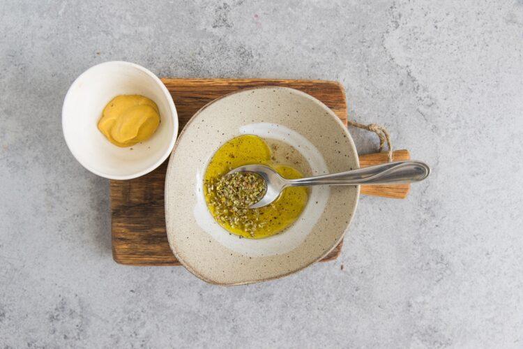 Sałatka z kaszy gryczanej i wędzonego sera - Krok 3