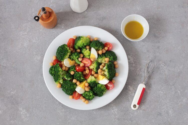 Sałatka brokułowa z ciecierzycą i jajkiem - Krok 4