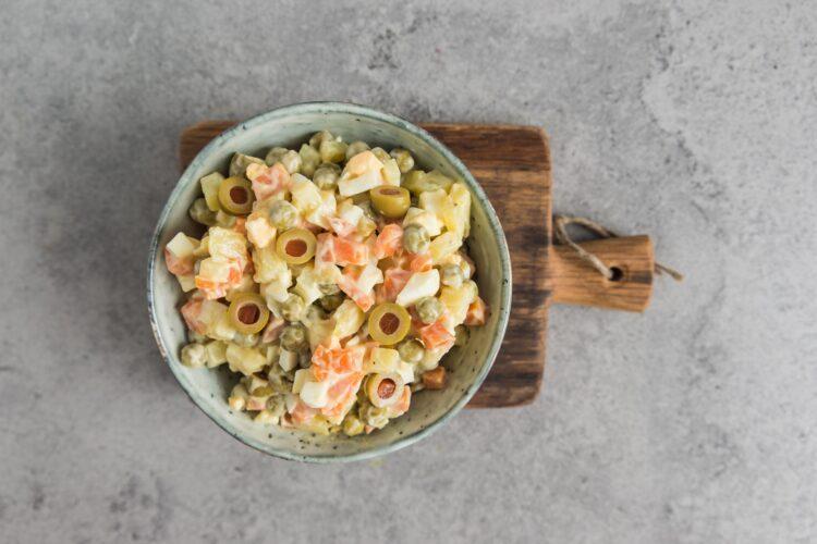 Sałatka warzywna z oliwkami - Krok 5