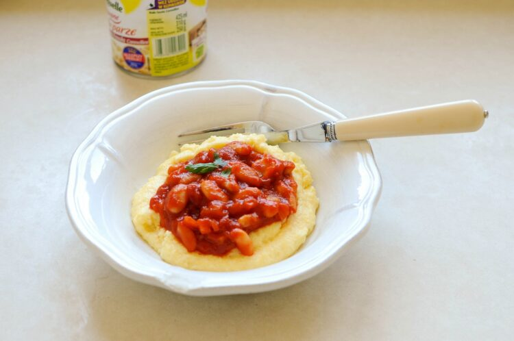 Fasolka w ostrym sosie pomidorowym na polencie