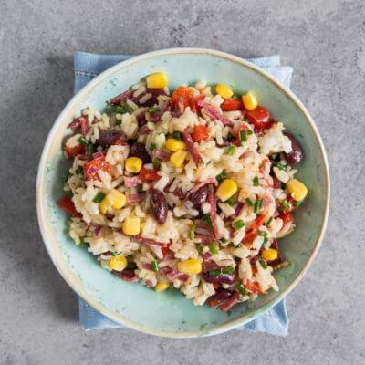 Sałatka ryżowa z papryką i czerwoną fasolą