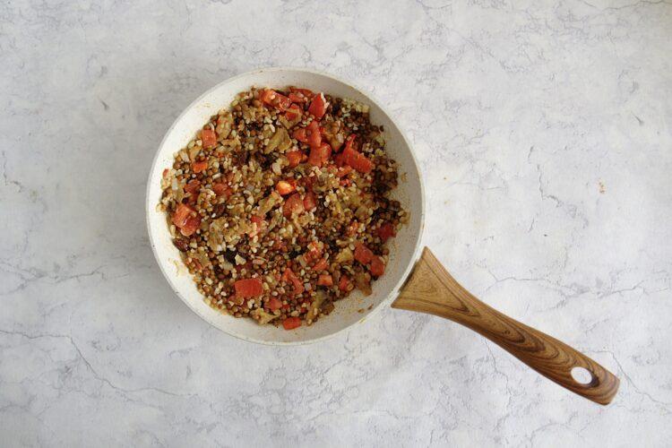 Bakłażany faszerowane kaszą, pomidorami i soczewicą - Krok 4