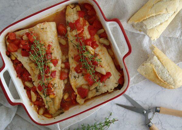 Dorsz pieczony z pomidorami i białą fasolą