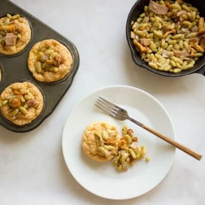 Pieczone omleciki z fasolą flażoletką, szynką i kurkami