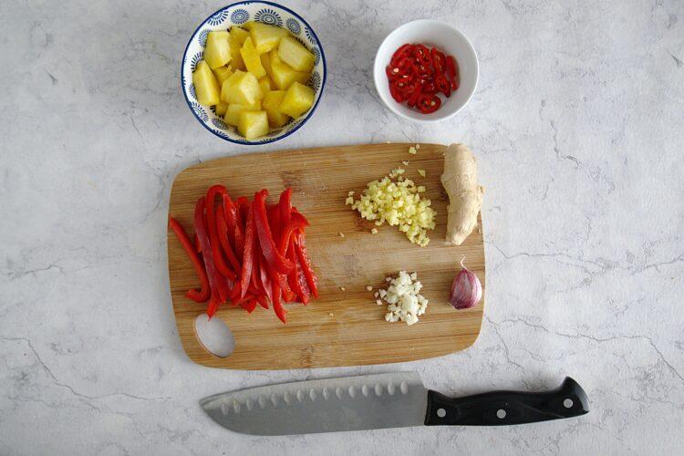 Tajskie krewetki z ananasem i fasolką szparagową - Krok 1