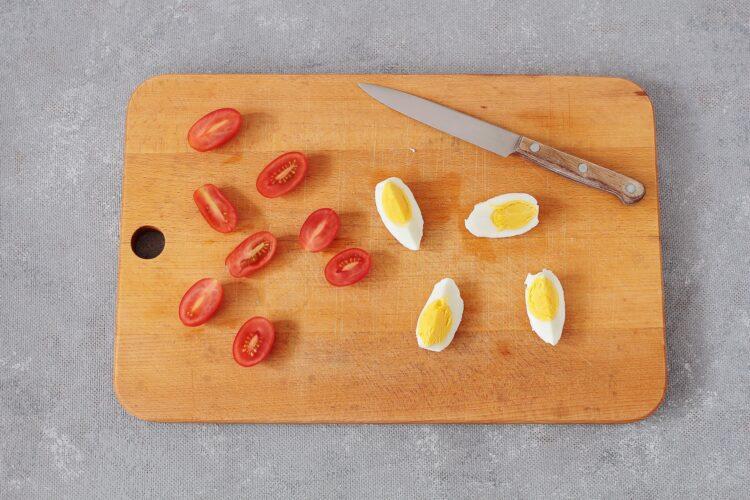 Sałatka brokułowa z ciecierzycą i jajkiem - Krok 2