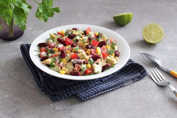 Sałatka meksykańska z czerwoną fasolą i awokado - Krok 4