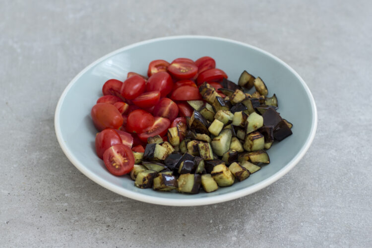Sałatka na ciepło z komosą ryżową, bakłażanem i warzywami - Krok 2