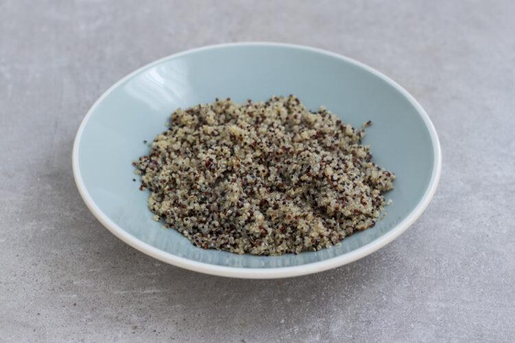Sałatka na ciepło z komosą ryżową, bakłażanem i warzywami - Krok 3
