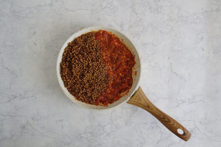 Makaron z soczewicą i pomidorami - Krok 3