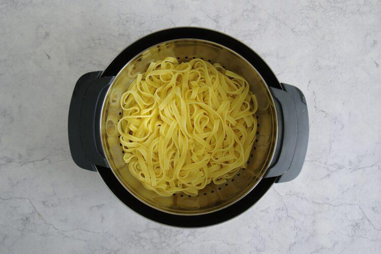 Makaron z soczewicą i pomidorami - Krok 4