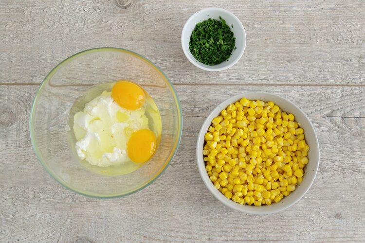 Śniadaniowe placuszki z kukurydzy z jajkiem w koszulce - Krok 1