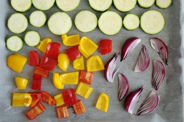 Sałatka z pieczonymi warzywami i cieciorką - Krok 2