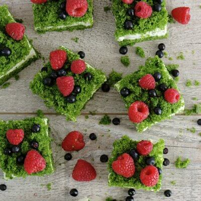 Ciasto szpinakowe z kremem i owocami leśnymi