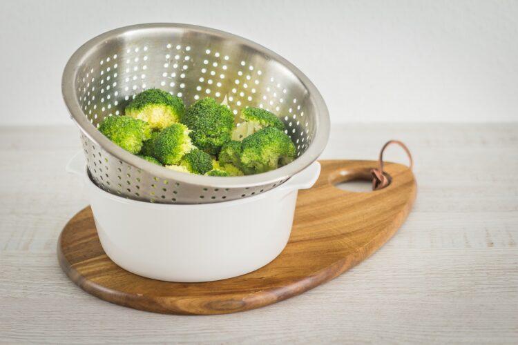 Sałatka ziemniaczana z brokułem i groszkiem - Krok 2