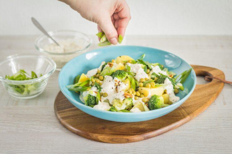 Sałatka ziemniaczana z brokułem i groszkiem - Krok 5