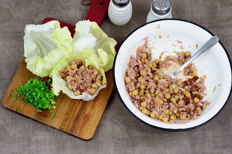 Wrapy z sałaty z tuńczykiem i cieciorką - Krok 4