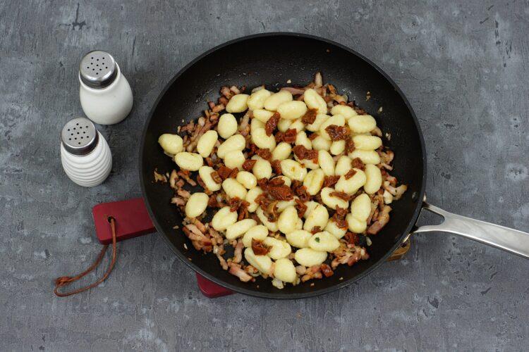 Gnocchi z boczkiem, suszonymi pomidorami i fasolą - Krok 3