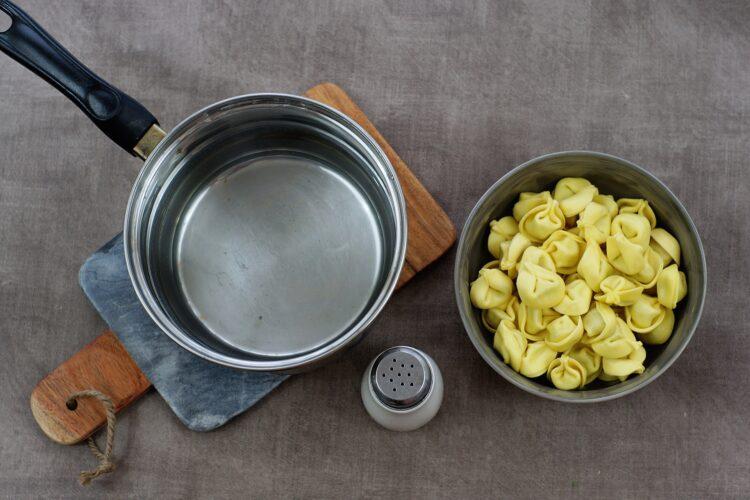 Sałatka z tortellini i groszkiem - Krok 1