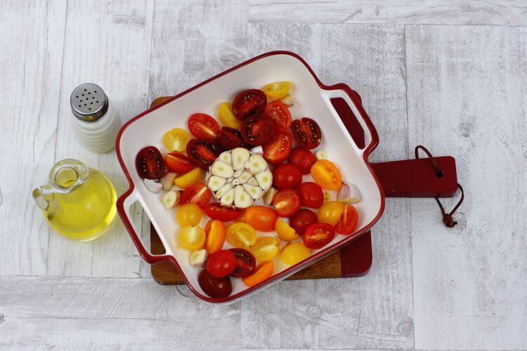 Łosoś na soczewicy z pieczonym czosnkiem i pomidorami - Krok 2