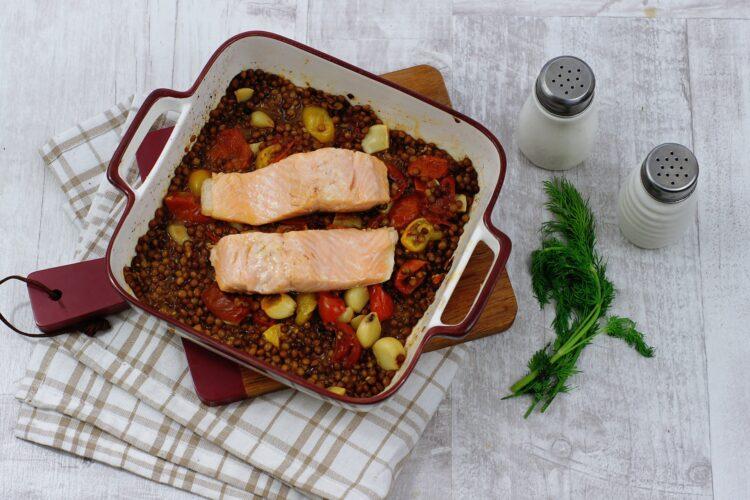 Łosoś na soczewicy z pieczonym czosnkiem i pomidorami - Krok 4