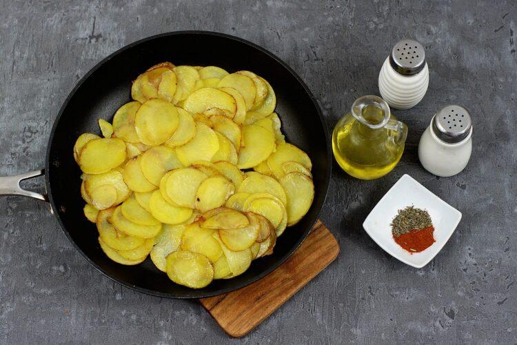 Tortilla z ziemniakami i zieloną fasolką - Krok 1