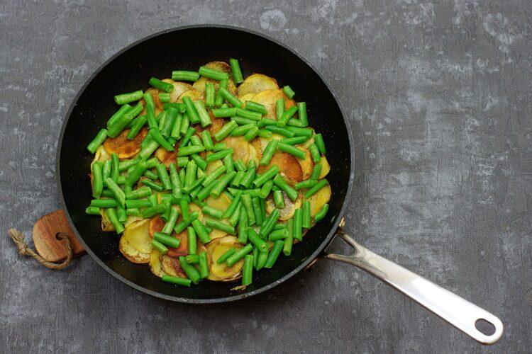 Tortilla z ziemniakami i zieloną fasolką - Krok 2