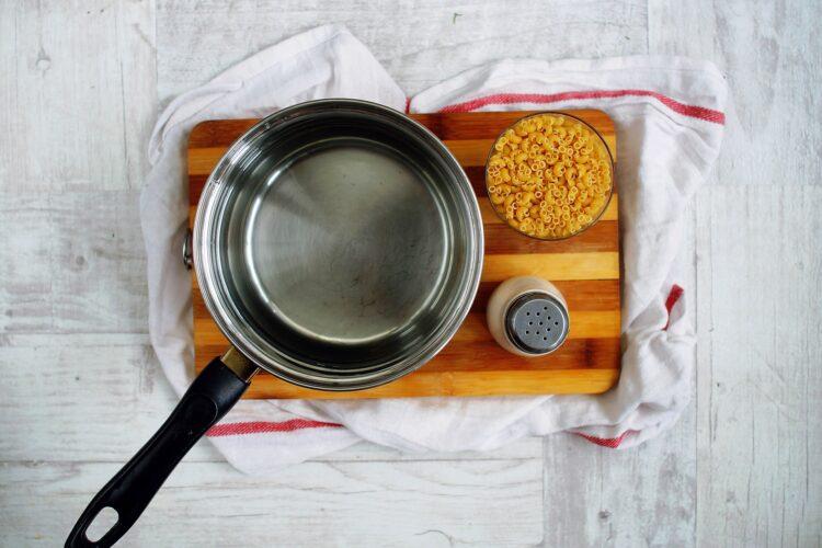 Sałatka makaronowa z cieciorką, ogórkiem i fetą - Krok 1