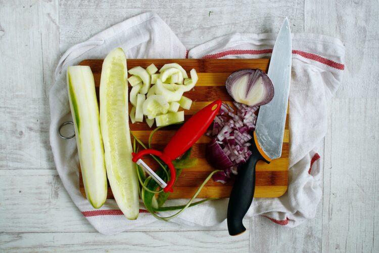 Sałatka makaronowa z cieciorką, ogórkiem i fetą - Krok 2