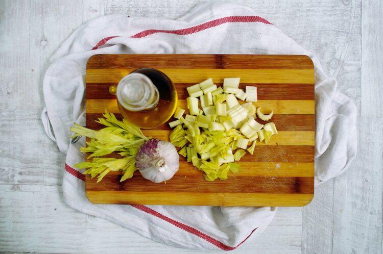 Krem z brokułów z pieczoną ciecierzycą - Krok 1