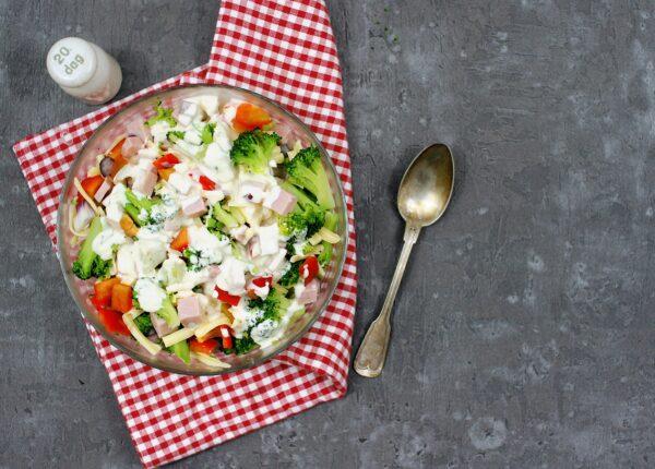 Sałatka z brokułami i szynką