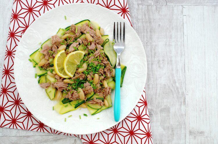 Wstążki cukinii z tuńczykiem i fasolą