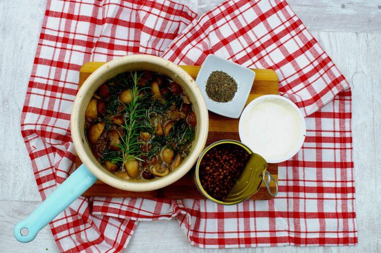 Gulasz z pieczarkami, jarmużem i soczewicą - Krok 4