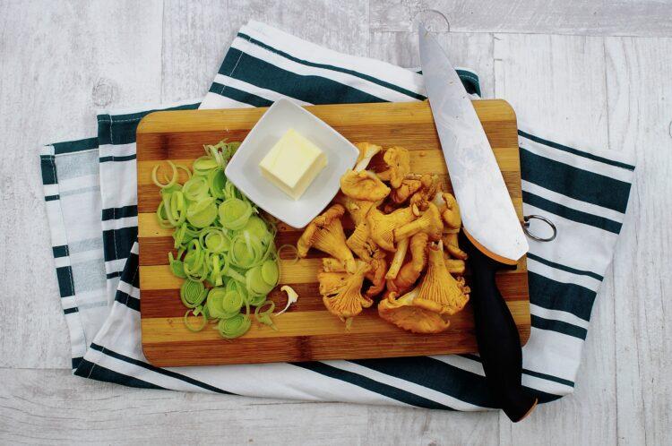 Makaron w sosie kurkowym z groszkiem - Krok 1
