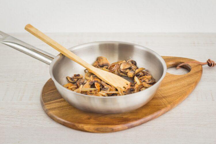 Wytrawny strudel z łososiem, pieczarkami i groszkiem - Krok 2