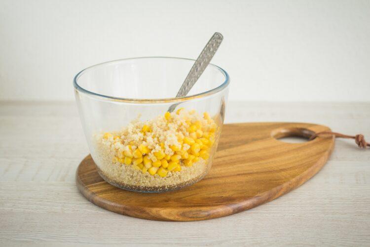 Sałatka z komosy ryżowej i kukurydzy - Krok 2