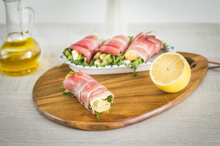 Roladki z szynki parmeńskiej z rukolą, marynowanymi pieczarkami i serem brie - Krok 3