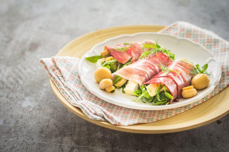 Roladki z szynki parmeńskiej z rukolą, marynowanymi pieczarkami i serem brie - Krok 4