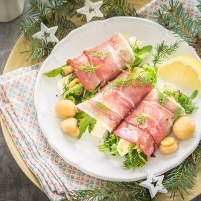 Roladki z szynki parmeńskiej z rukolą, marynowanymi pieczarkami i serem brie