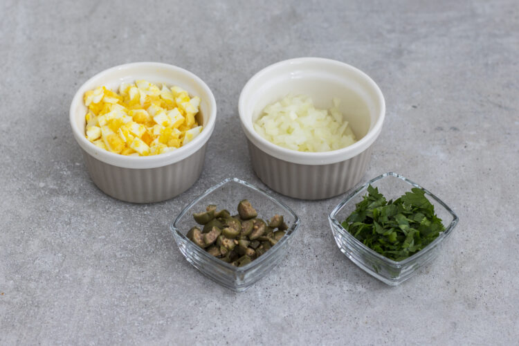 Sałatka z groszkiem, pieczarkami marynowanymi, ogórkiem kiszonym i jajkiem - Krok 1