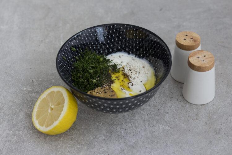 Sałatka z wędzonego pstrąga i zielonej fasolki szparagowej z kaparami - Krok 1