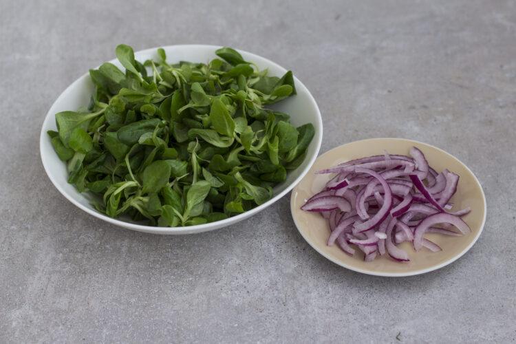Sałatka z wędzonego pstrąga i zielonej fasolki szparagowej z kaparami - Krok 2