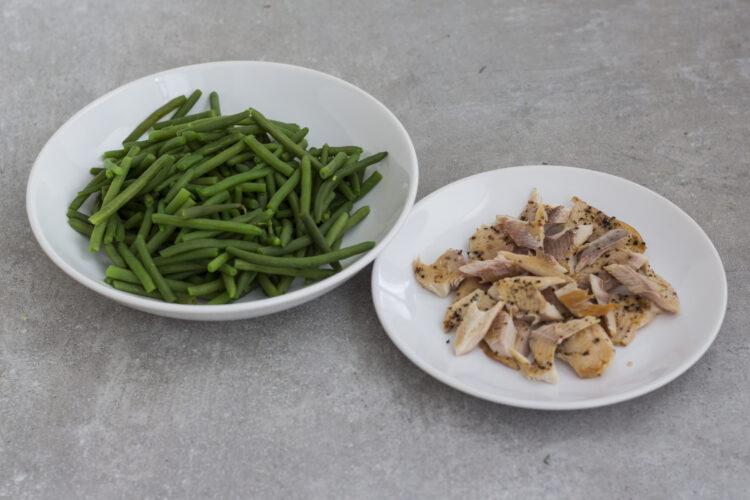Sałatka z wędzonego pstrąga i zielonej fasolki szparagowej z kaparami - Krok 3