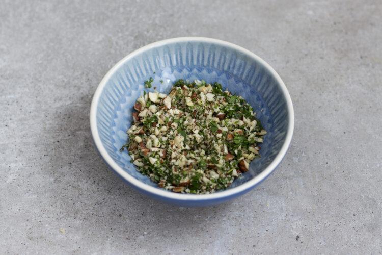 Zupa krem z zielonych warzyw z bitą śmietaną i kruszonką z orzechów laskowych i ziół - Krok 3