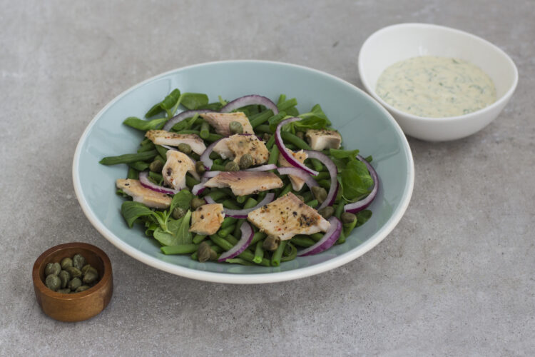 Sałatka z wędzonego pstrąga i zielonej fasolki szparagowej z kaparami - Krok 4