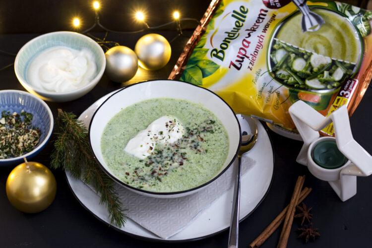 Zupa krem z zielonych warzyw z bitą śmietaną i kruszonką z orzechów laskowych i ziół