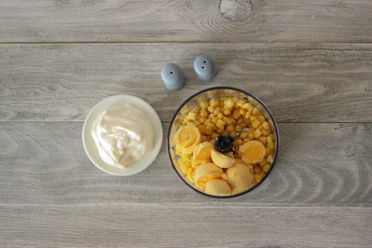 Jajka faszerowane pastą z kukurydzy - Krok 2