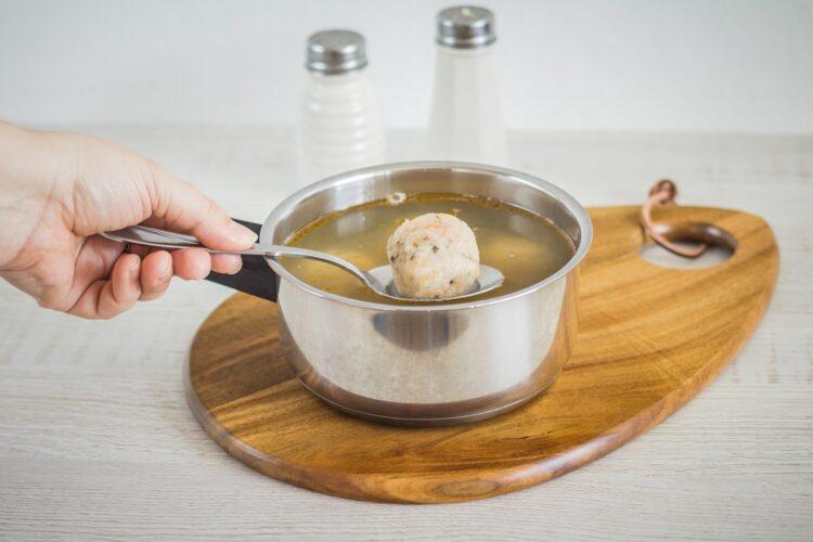 Zupa z zielonych warzyw z pulpecikami rybnymi - Krok 3