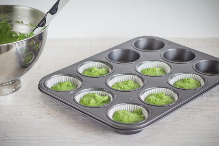 Muffinki szpinakowe z kremem twarożkowym z białą czekoladą - Krok 3