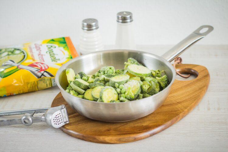 Zupa z zielonych warzyw z pulpecikami rybnymi - Krok 4